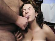Una eyaculación grande en la cara de la esposa