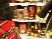 Mujer sin ropa interior en una tienda pública
