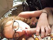 Mi novia hace sexo oral en el carro.