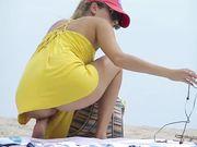 Una chica solitaria está desnuda en la playa