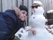 Chica hace sexo con un muñeco de nieve al aire libre