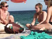 Tres chicas en topless son filmadas en secreto en la playa