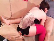 El sexo oral de rodillas en el sofá